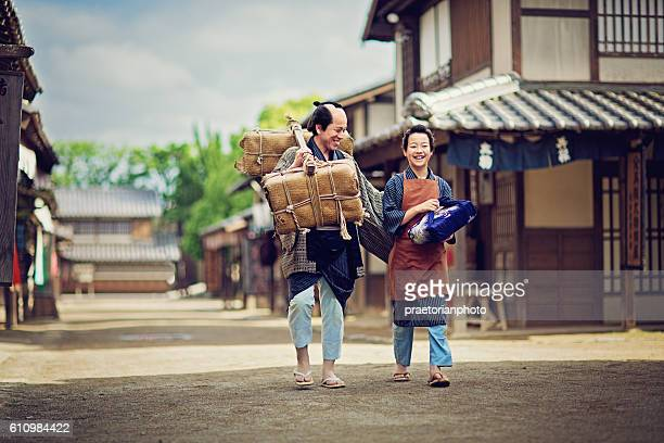 father from edo period is talking with his son. - edo period ストックフォトと画像