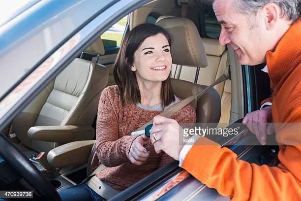 Père donnant petite fille Clé de voiture