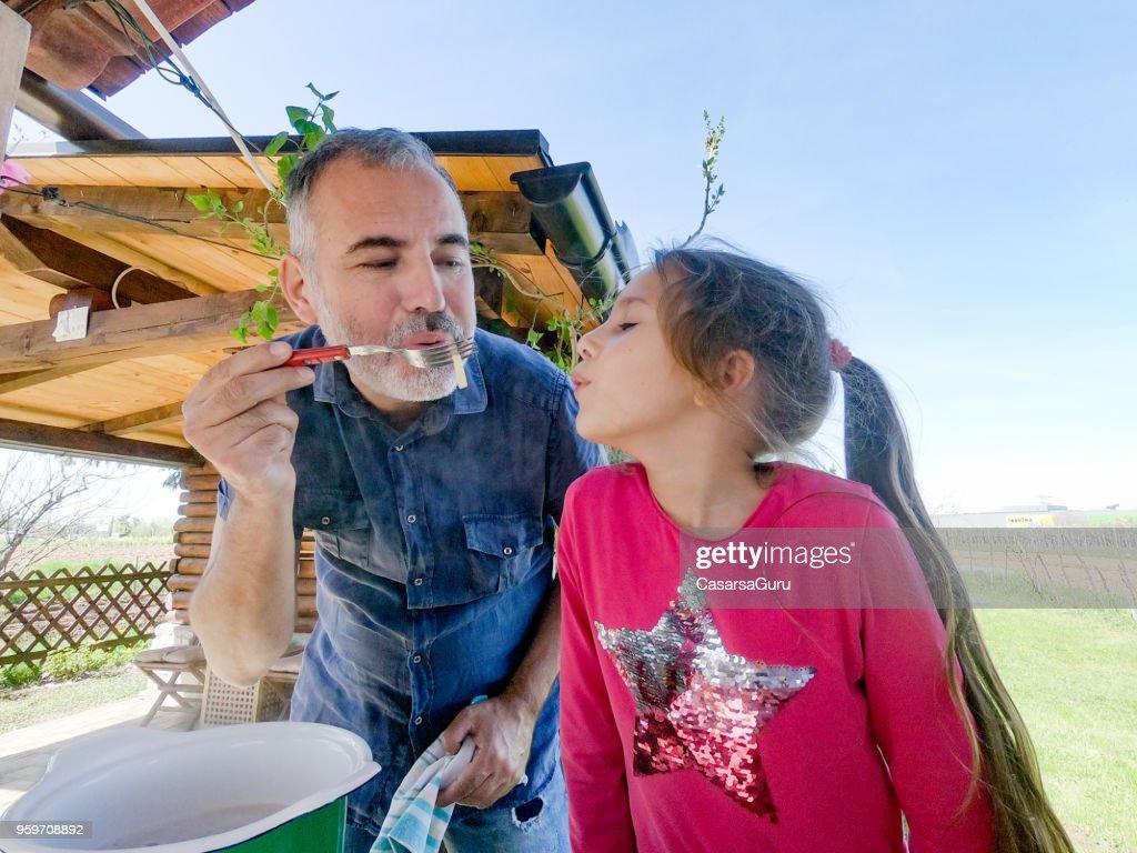 Vater, Tochter Pasta für Verkostung : Stock-Foto