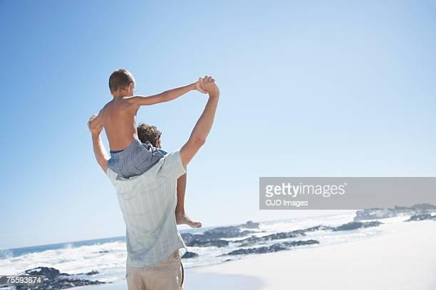 父と息子のギブピギーバックで、