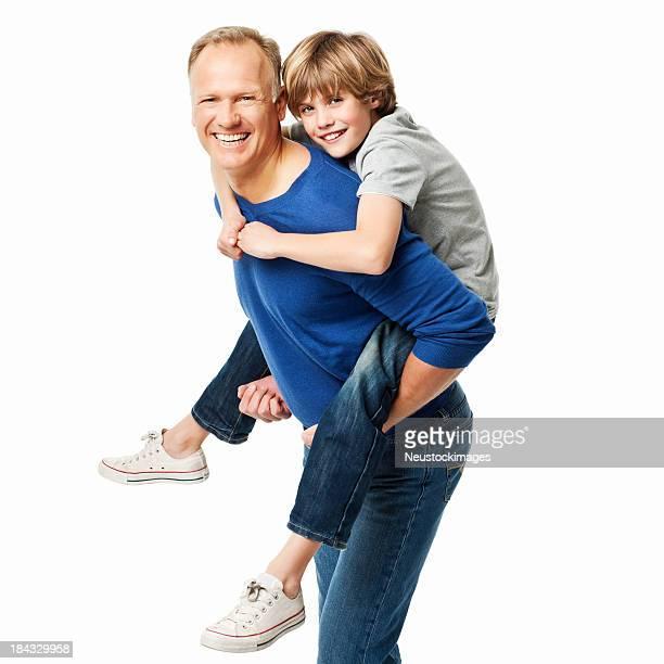 Vater gibt seinem Sohn ein Huckepack nehmen Ride-isoliert
