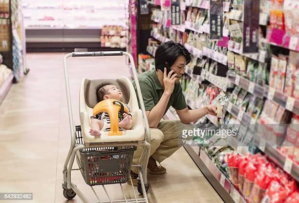 父親食料品のショッピングには、スーパーマーケット