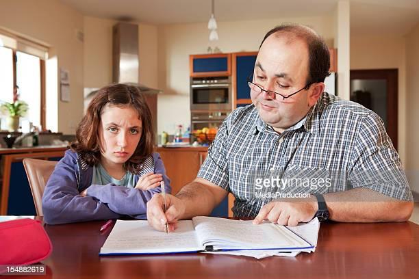 Vater Tochter bei ihren Hausaufgaben helfen