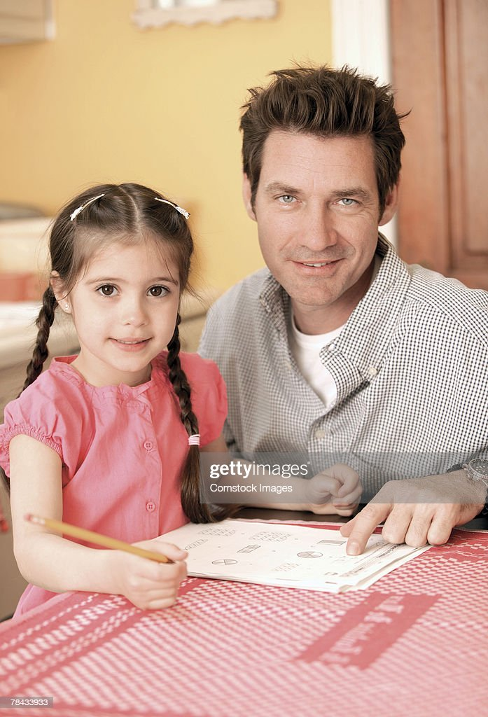 Father helping daughter with homework : Stockfoto
