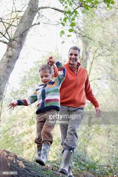 Vater hilft Sohn Kreuz sich im Freien
