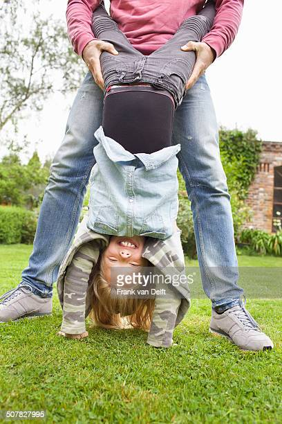 father holding daughter upside down - op z'n kop stockfoto's en -beelden