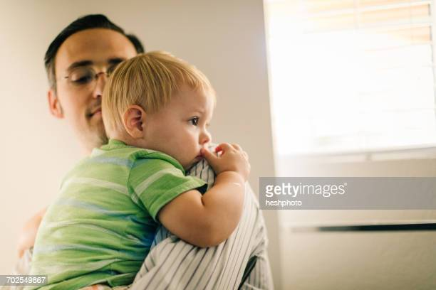 father holding young son - heshphoto stockfoto's en -beelden