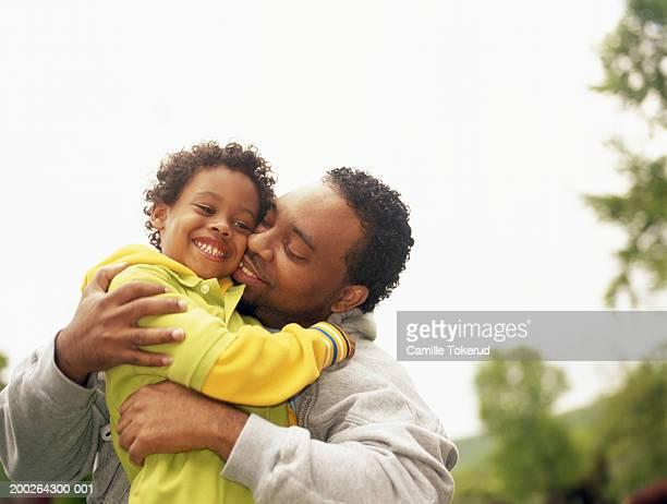 father hugging son (4-6) - carinhoso - fotografias e filmes do acervo