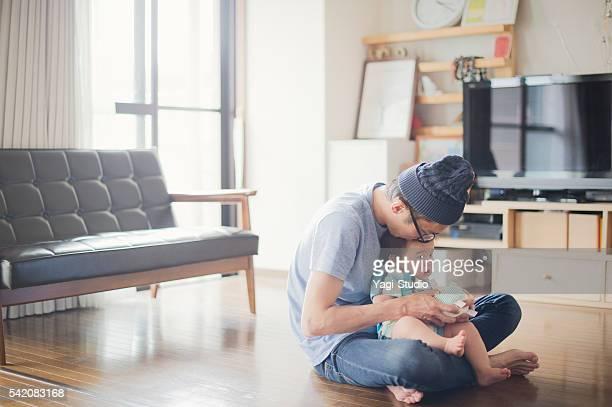 Amour père et son petit bébé à la maison.