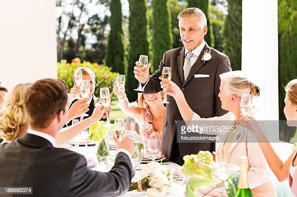 Vater der Braut Hochzeit anstoßen mit Champagner auf