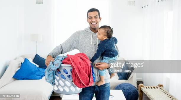 父はランドリーや赤ちゃんを拾う
