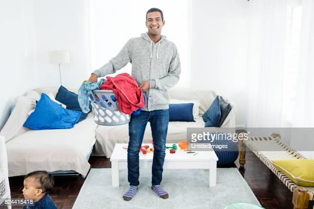 padre escogiendo encima de la ropa - padre amo de casa fotografías e imágenes de stock