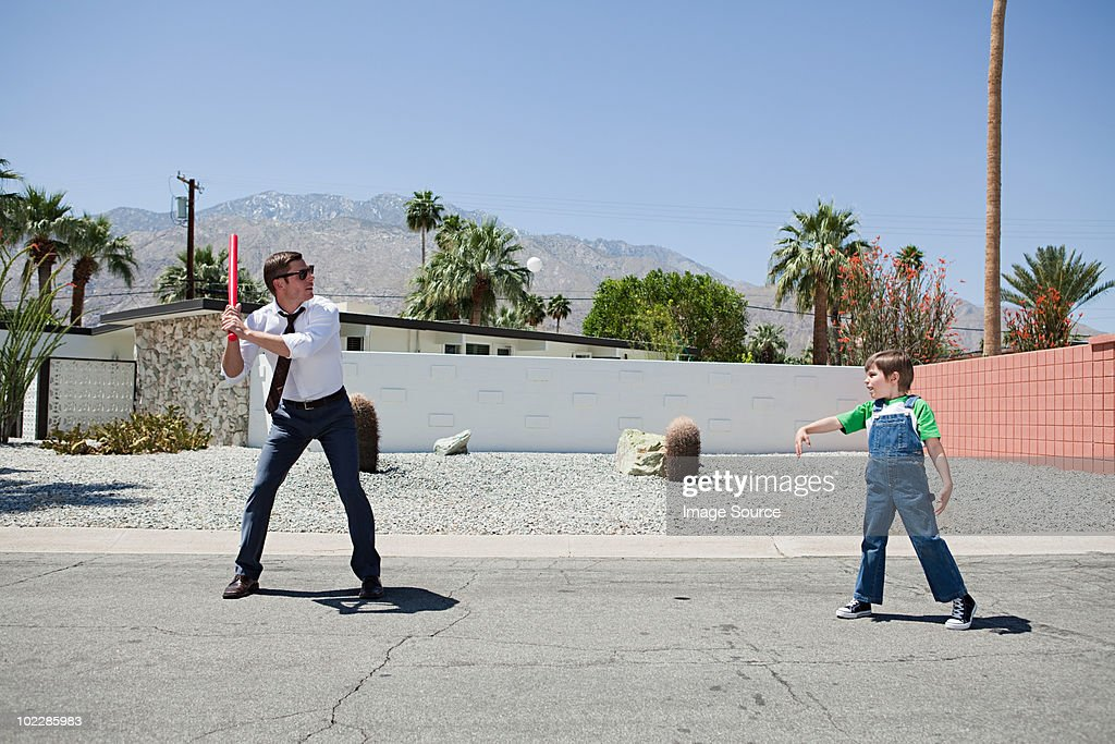 Father playing ball with son : Bildbanksbilder