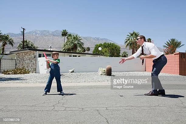 父と息子がボール - バッティング ストックフォトと画像