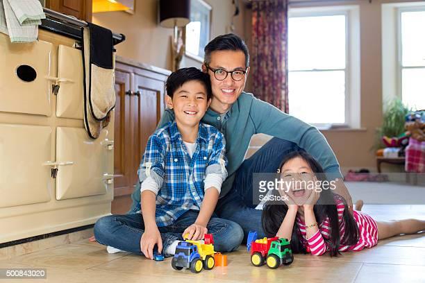 Vater spielt mit Kindern