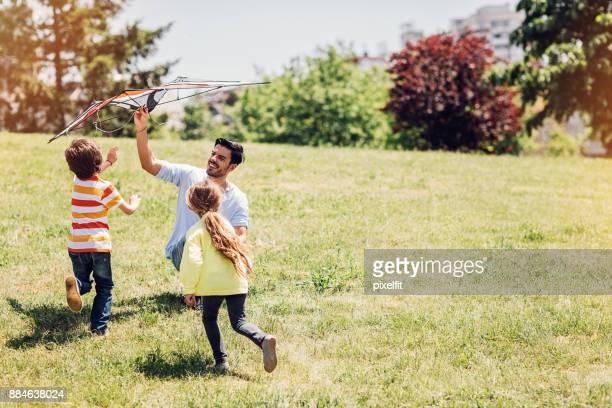 pai brincando com crianças - releasing - fotografias e filmes do acervo