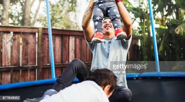 Vater, spielen mit Kindern auf Trampolin.