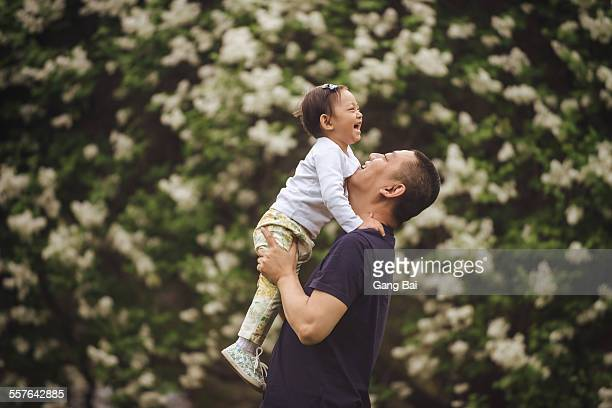 father plays with his daughter - levantando - fotografias e filmes do acervo
