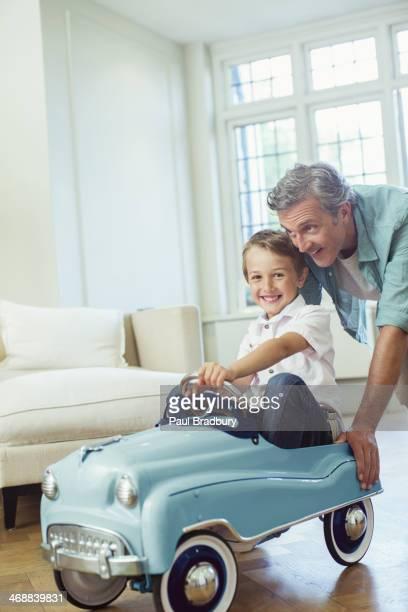 Impulsar padre hijo en coche de juguete