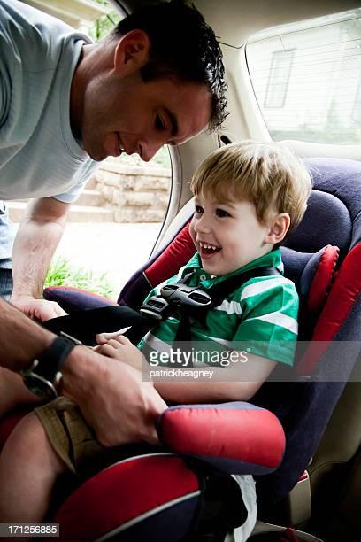 父親が子供のカーシート
