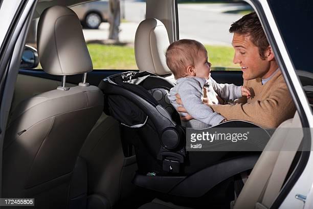 father putting bebé en automóvil de la licencia - family inside car fotografías e imágenes de stock