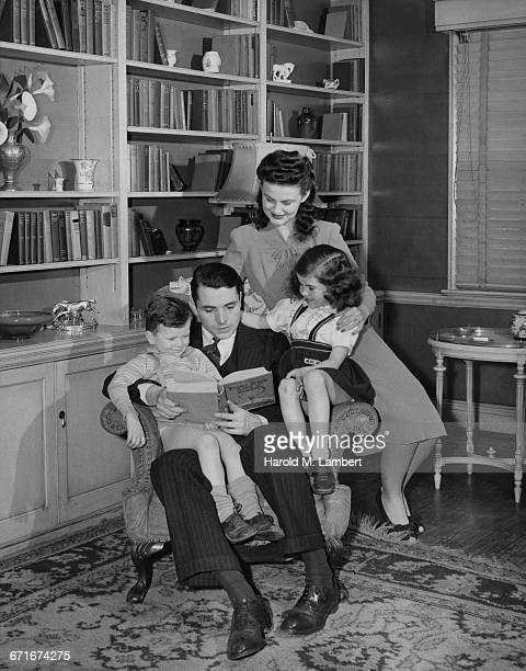 father reading book and family members are listening - {{relatedsearchurl(carousel.phrase)}} stock pictures, royalty-free photos & images