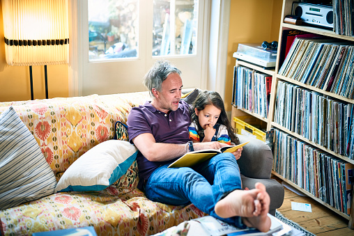 Father reading to daughter - gettyimageskorea