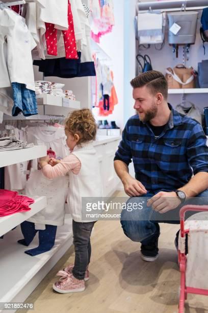 """pai de compras com a filha em uma loja de crianças. - """"martine doucet"""" or martinedoucet - fotografias e filmes do acervo"""