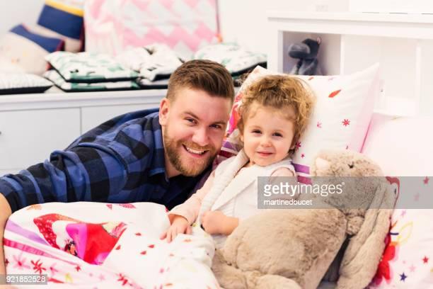 Vater mit Tochter in einem Kinder-Shop einkaufen.