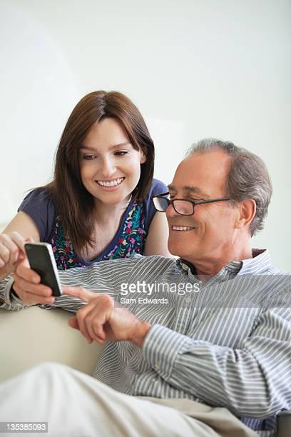Vater und Tochter mit Handy