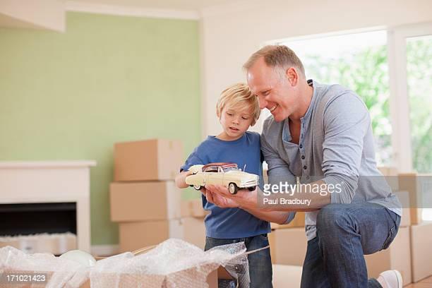 Vater mit Sohn im neuen Haus-Modell