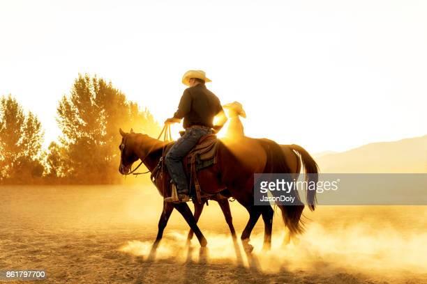 vader zoon paardrijden in het land van de utah met vroege ochtend licht - paard paardachtigen stockfoto's en -beelden