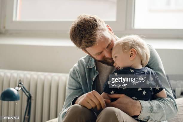 father spending time with his son at home - hijo fotografías e imágenes de stock