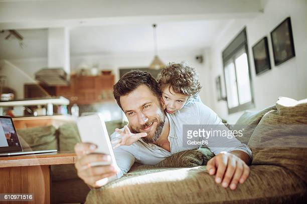 father taking a selfie with his son - 4 5 anos - fotografias e filmes do acervo