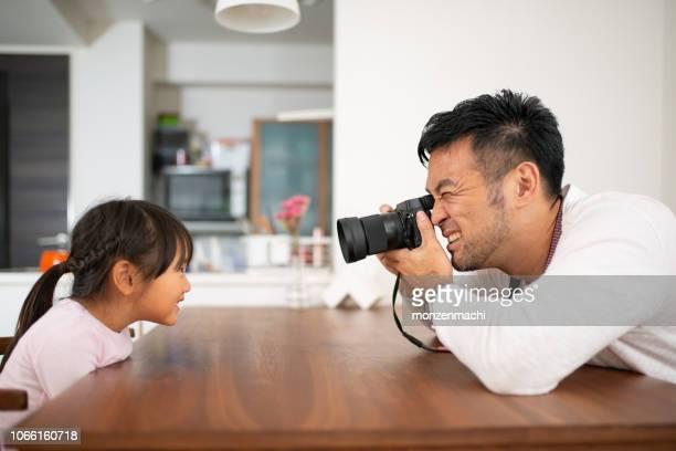 父娘家庭での写真を撮影 - 写真を撮る ストックフォトと画像