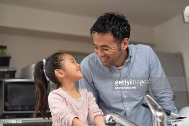 父は台所で娘に話しています - 主夫 ストックフォトと画像