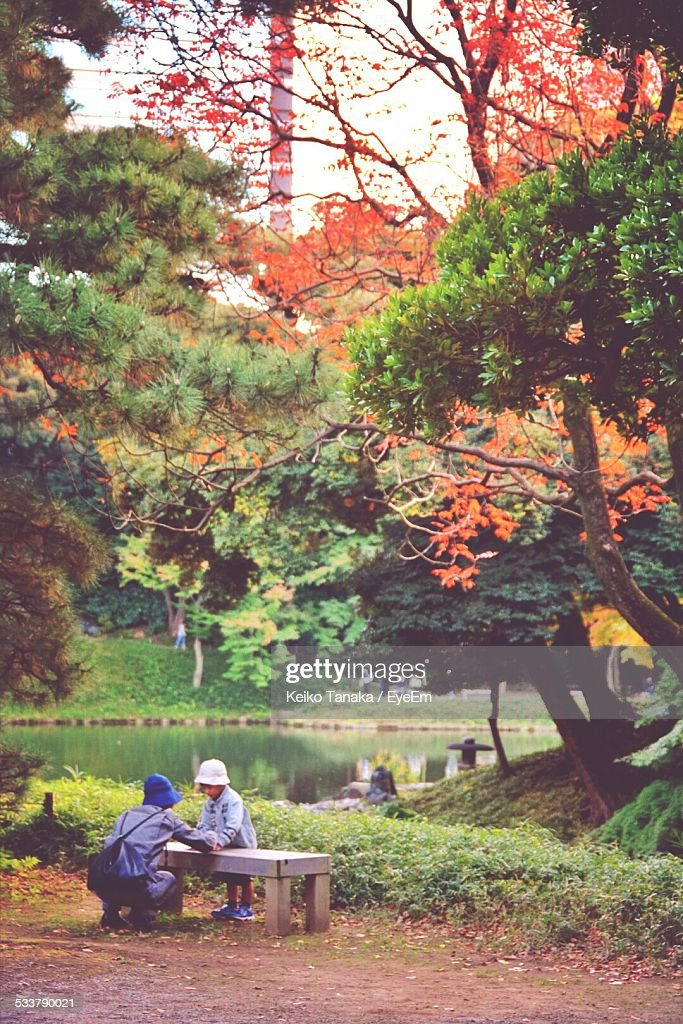 Father Talking With His Son In Park : Foto stock