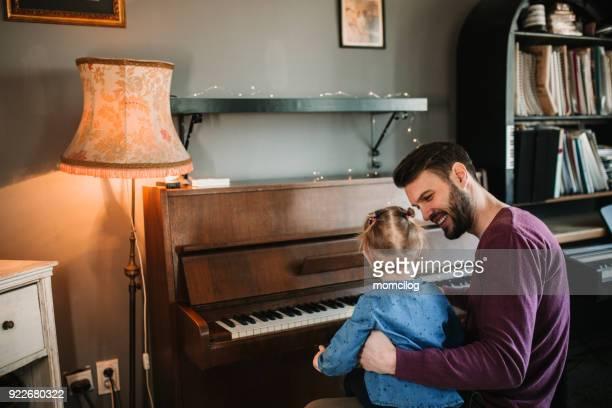 Vater Tochter beizubringen, wie man Klavier spielen