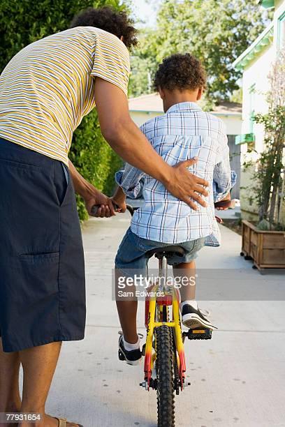 Vater Lehre Sohn Fahrrad fahren in Auffahrt
