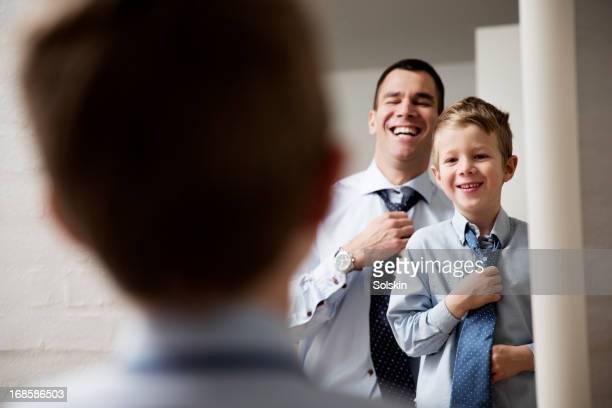 father teaching son to tie a tie - ajustar imagens e fotografias de stock