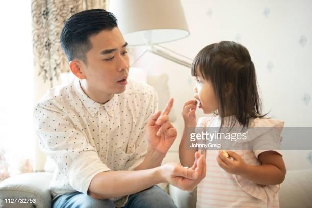 父は彼の若い娘を - 説教 ストックフォトと画像