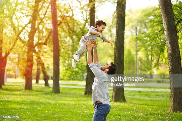 Vater gießen ein glücklicher Junge in der air.