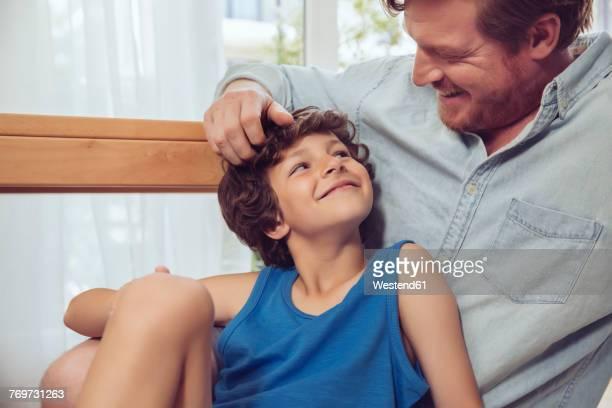 father tickling son's head - 6 7 jahre stock-fotos und bilder