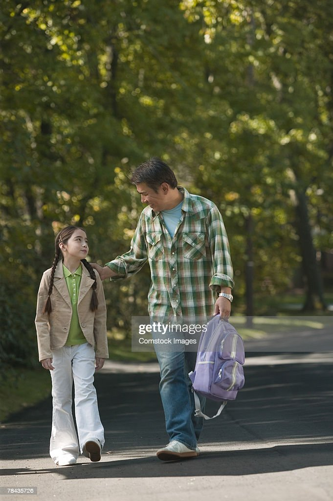 Father walking daughter to school : Stockfoto