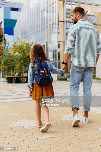father walking with daughter - gemeinsam gehen stock-fotos und bilder