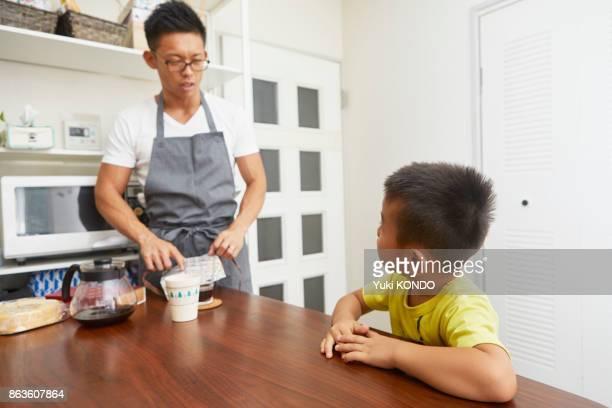 育児を取る父親