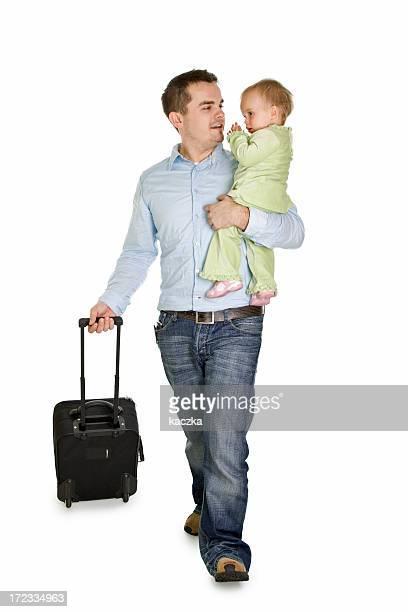 Vater mit einem baby am Flughafen, isoliert auf weiss