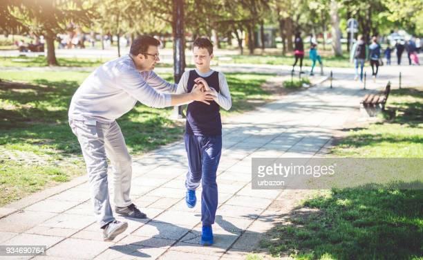 pai com filho autista - autism - fotografias e filmes do acervo