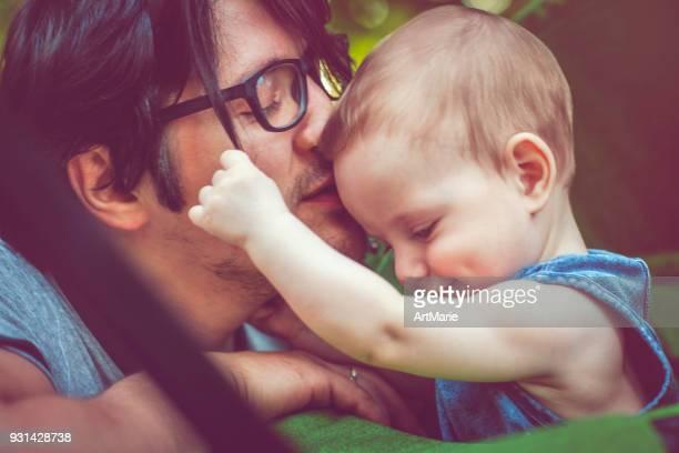Père avec le bébé à l'extérieur