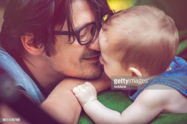 Padre con el bebé al aire libre